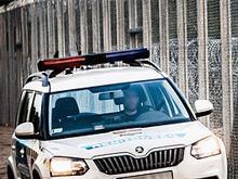 Europa grenzt sich ab: Ein Polizeiwagen patrouilliert am ungarischen Grenzzaun