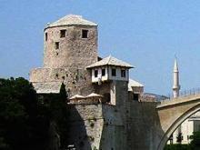 Die Brücke von Mostar gilt seit Jahrhunderten als symbol. Brücke zwischen Ost und West, zw. d. Welt des Christentum und Islam