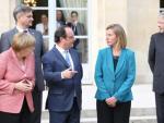 Unterhaltung von François Hollande (in der Mitte) und Angela Merkel (links) mit Federica Mogherini (rechts).