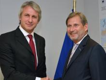 Rumäniens Minister für Europaangelegenheiten Eugen Teodorovici und EU-Kommissar Johannes Hahn