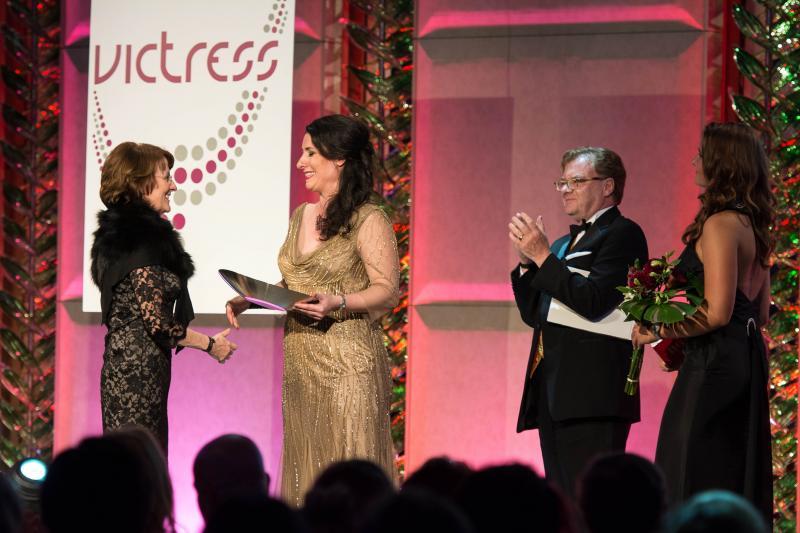 Dagmar Reim erhält den Lifetime Achievement Award, mit Sonja Fusati und André Schmitz © Victress Initiative e.V.